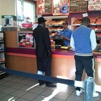 Foto tomada en Dunkin' Donuts / Baskin Robbins por Bajan B. el 10/27/2013