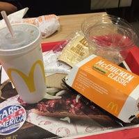 Das Foto wurde bei McDonald's von Jon W. am 10/3/2016 aufgenommen