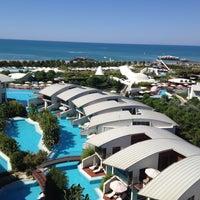 Foto tirada no(a) Cornelia Diamond Golf Resort & Spa por unlimited holidays t. em 7/25/2013