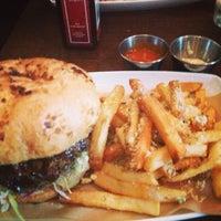 รูปภาพถ่ายที่ Cowbell Burger & Bar โดย Jonathan C. เมื่อ 7/13/2013