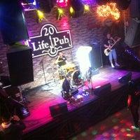 Foto diambil di Life Pub oleh Leonid O. pada 12/16/2012