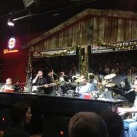 Foto tomada en Shout House Dueling Pianos por Micayla S. el 11/24/2012