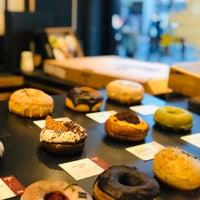 Foto diambil di Crosstown Doughnuts & Coffee oleh iNoura pada 11/29/2019
