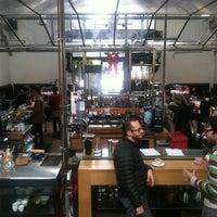 Foto tomada en Intelligentsia Coffee & Tea por Den T. el 12/24/2012