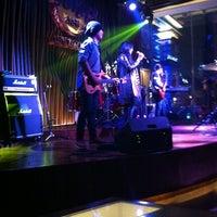 Foto scattata a Hard Rock Cafe Jakarta da carolanne p. il 10/12/2013