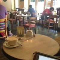 7/16/2013 tarihinde Tim D.ziyaretçi tarafından Cafe Pick Me Up'de çekilen fotoğraf