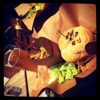 Foto scattata a High Heat Burgers & Tap da Sameer il 1/31/2013