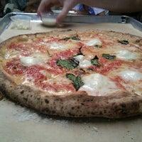 Photo prise au Antico Pizza Napoletana par Kathleen C. le9/29/2012