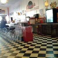 12/22/2012 tarihinde Susan D.ziyaretçi tarafından KirbyG's Diner & Pub'de çekilen fotoğraf