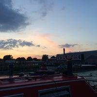 Foto diambil di The Plough at Swan Wharf oleh Aniko S. pada 8/8/2015