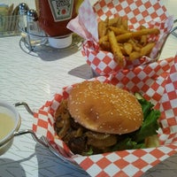 9/22/2012 tarihinde David C.ziyaretçi tarafından Custom Burger'de çekilen fotoğraf