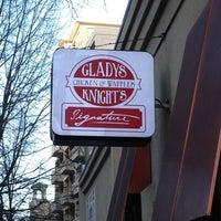 Photo prise au Gladys Knight's Signature Chicken & Waffles par Sarah D. le1/26/2013
