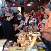 Foto tomada en Antonelli's Cheese Shop por Dena C. el 12/24/2012