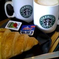 Foto scattata a Starbucks da Margret L. il 9/17/2012