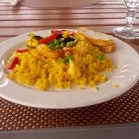 Foto diambil di Las Palmas Cafe @ Copamarina Beach Resort oleh Mark P. pada 3/29/2013