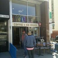 Foto tomada en Eureka! Cafe at 451 Castro Street por Spencer Benjamin W. el 6/24/2015