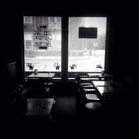 รูปภาพถ่ายที่ White Dog Black Cat Cafe โดย Amanda G. เมื่อ 11/9/2013