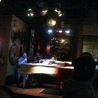 Das Foto wurde bei Jolly's American Beer Bar & Dueling Pianos von Sunny Y. am 3/31/2013 aufgenommen