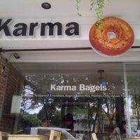 Foto tomada en Karma Bagels por Edu O. el 10/29/2012