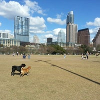 Foto tirada no(a) Auditorium Shores at Lady Bird Lake por Natalie R. em 2/2/2013