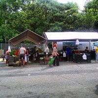 Das Foto wurde bei Inwood Farmers Market von andre r. am 7/27/2014 aufgenommen