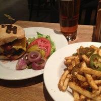Foto diambil di High Heat Burgers & Tap oleh Dane C. pada 1/10/2013