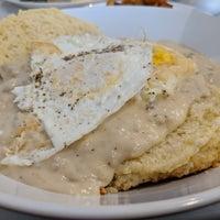 Foto tomada en Over Easy Breakfast Club por Brian A. el 10/5/2018