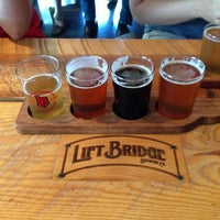 Foto tirada no(a) Lift Bridge Brewing Company por Chris F. em 7/19/2013