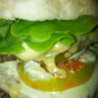 Das Foto wurde bei Blooming Burger von Mauricio C. am 2/13/2013 aufgenommen