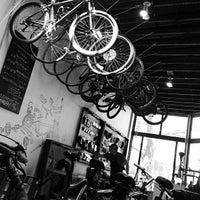 Das Foto wurde bei Denver Bicycle Cafe von Taylor B. am 5/2/2013 aufgenommen