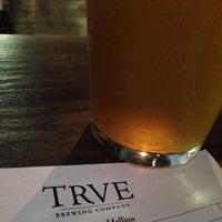รูปภาพถ่ายที่ TRVE Brewing Co. โดย Taylor B. เมื่อ 7/12/2013