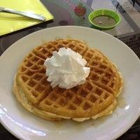 Foto diambil di Berry Yummy Italian Yogurt oleh Monica C. pada 2/9/2015