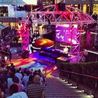 Foto tirada no(a) Grand Performances por Thirsty J. em 7/1/2013