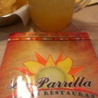 Foto tomada en La Parrilla Mexican Restaurant por Chris H. el 3/9/2013