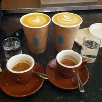 Foto scattata a Blue Bottle Coffee da Birkan I. il 4/11/2013