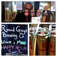 รูปภาพถ่ายที่ Round Guys Brewing Company โดย Anh D. เมื่อ 12/5/2012