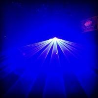 Foto tirada no(a) PLAY Bar & Club por Jill-Marie T. em 1/16/2014