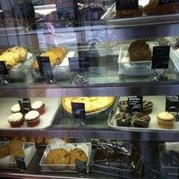 7/14/2012 tarihinde Laureen O.ziyaretçi tarafından Blossom Bakery'de çekilen fotoğraf