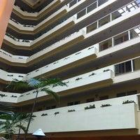 Foto scattata a Embassy Suites by Hilton da Alex B. il 12/29/2012