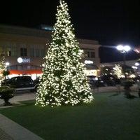 Foto tomada en North Hills Shopping Center por Chino G. el 11/17/2012