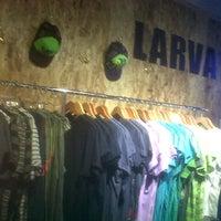 รูปภาพถ่ายที่ Larva clothing โดย Paul C. เมื่อ 9/23/2012