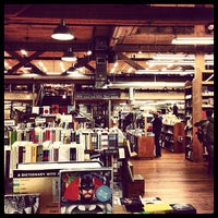 Foto scattata a Elliott Bay Book Company da Joel D. il 12/19/2012