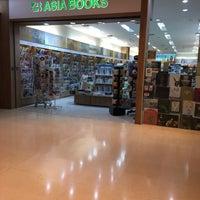 Снимок сделан в Asia Books пользователем Nannapat T. 10/15/2016