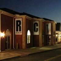 รูปภาพถ่ายที่ Eddie Owen Presents at Red Clay Theatre โดย Michael D. เมื่อ 3/8/2013