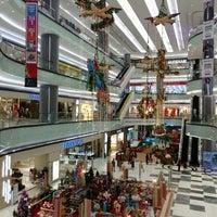 Photo prise au Lippo Mall Puri par Satya W. le12/22/2015