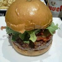 9/20/2012 tarihinde Stephanie G.ziyaretçi tarafından Eden Burger Bar'de çekilen fotoğraf