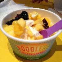 Foto tomada en Yooglers Frozen Yogurt por Marie F. el 5/15/2013