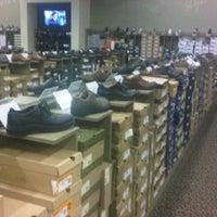 Das Foto wurde bei DSW Designer Shoe Warehouse von Michael J. am 9/17/2012 aufgenommen