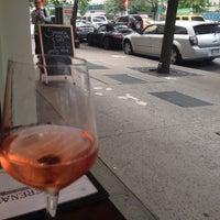 Photo prise au Serena's Wine Bar-Cafe par Sarah N. le7/16/2014