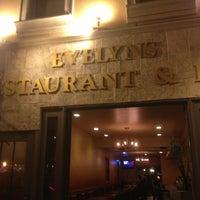 Foto tomada en Evelyn's Restaurant & Bar por Sw W. el 8/31/2013